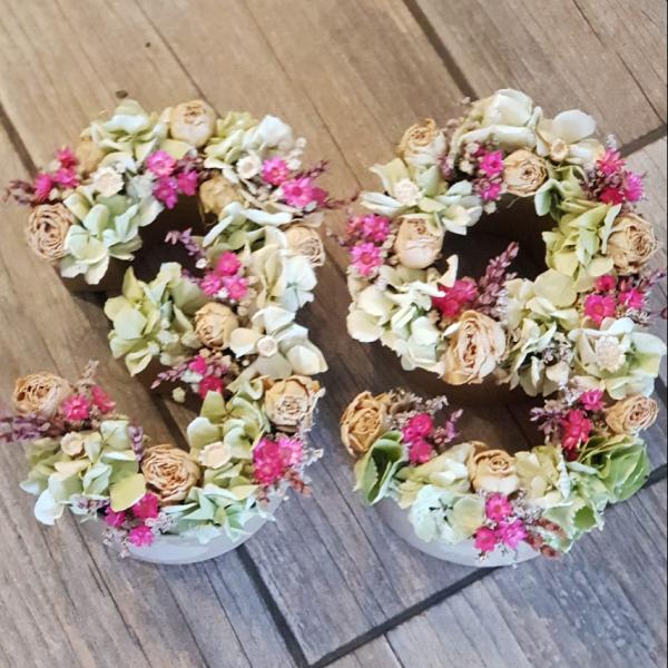 Números hechos con flores preservadas